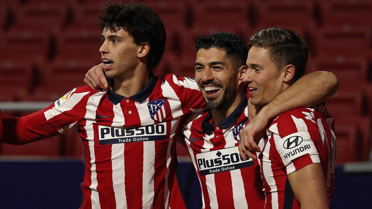 Luis Suárez jubelt mit seinen Mitspielern Joao Felix (l.) und Marcos Llorente (r.)