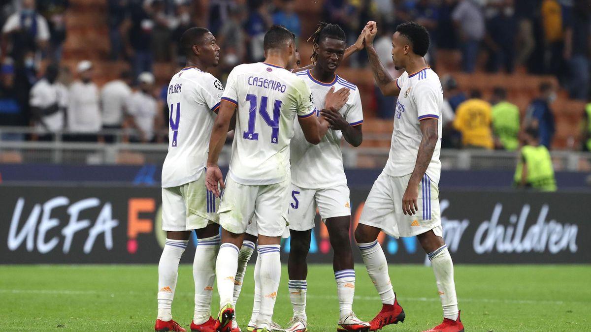 Casemiro félicite Eduardo Camavinga lors d'Inter - Real Madrid, 2021