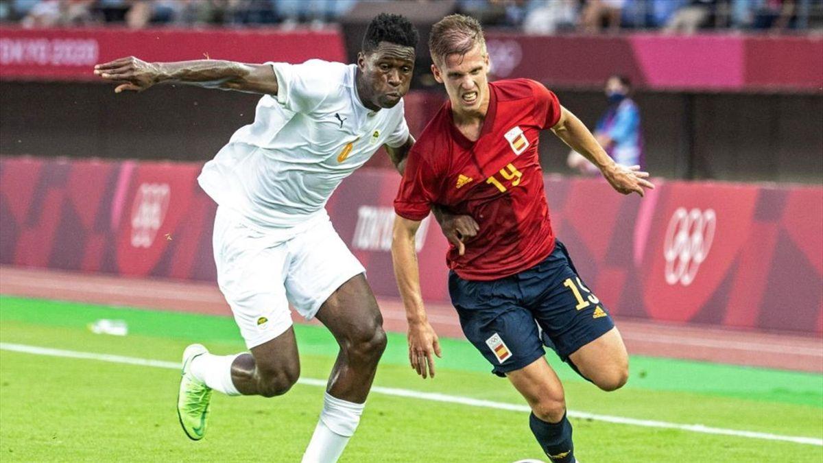 Dani Olmo (r.) im Zweikampf mit dem Ivorer Wilfried Singo