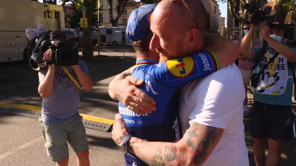 Watch a special embrace between Cavendish and Wiggins