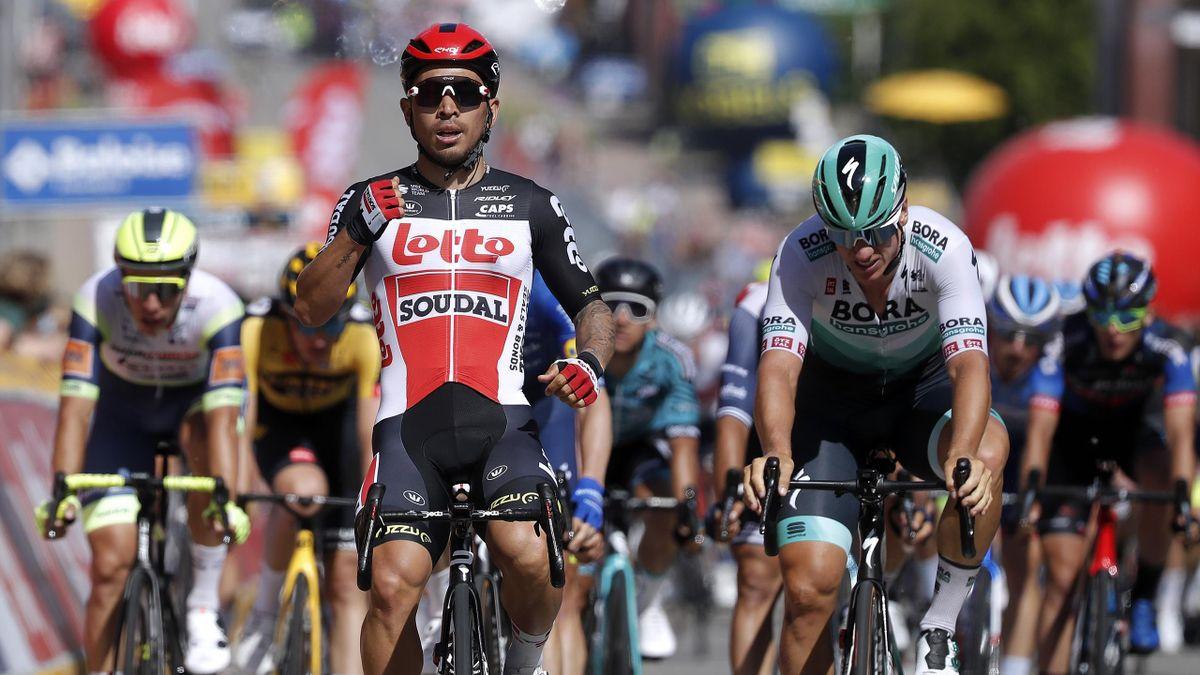 Caleb Ewan (l.) bejubelt seinen Sieg auf der 3. Etappe der Belgien-Rundfahrt. Pascal Ackermann (r.) bleibt nur Platz zwei