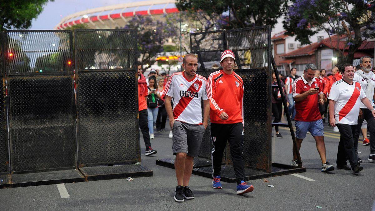 Les supporters de River Plate quittent le Monumental après le report de la finale retour de la Copa Libertadores entre River Plate et Boca Juniors samedi 24 novembre