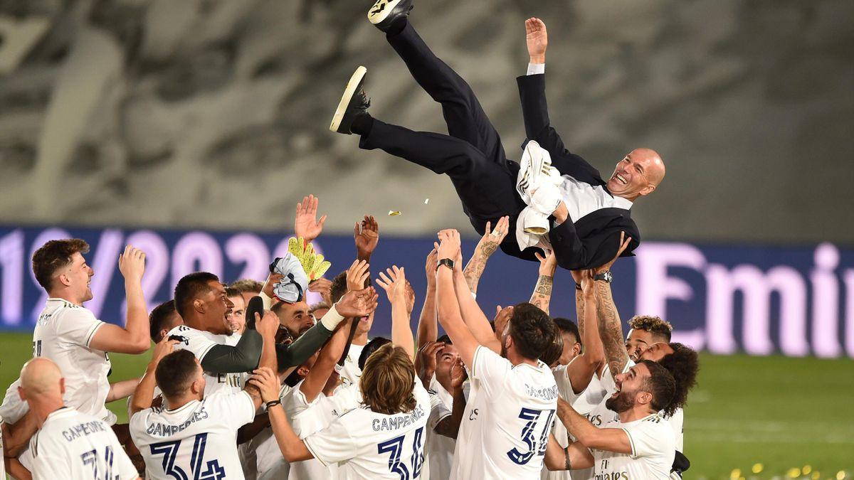 Zinedine Zidane porté en triomphe par ses joueurs