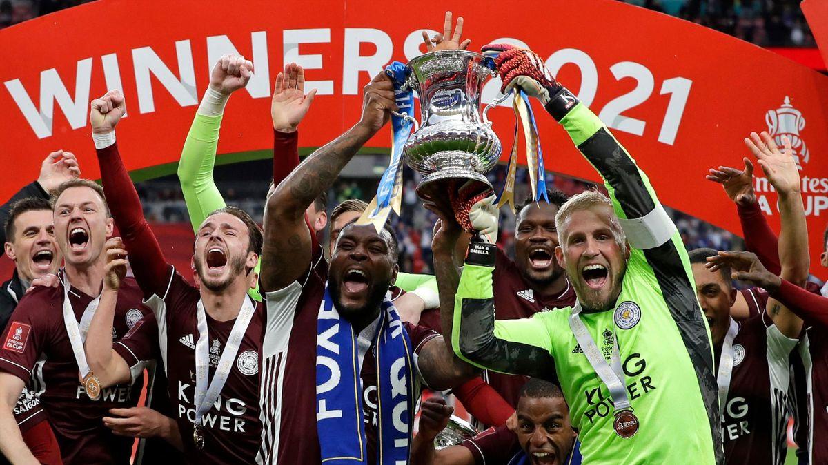 Les joueurs de Leicester soulèvent la Coupe d'Angleterre après leur victoire face à Chelsea en finale, le 15 mai 2021