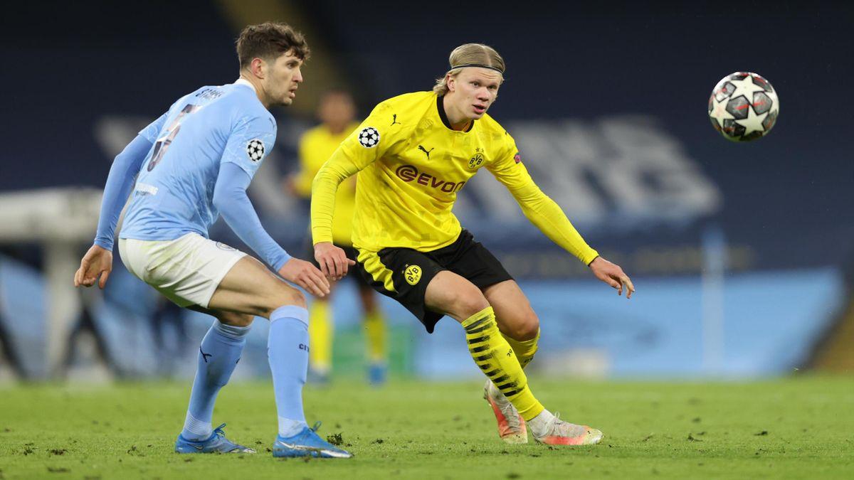 John Stones (links; Manchester City) im Zweikampf mit Erling Haaland (Borussia Dortmund)