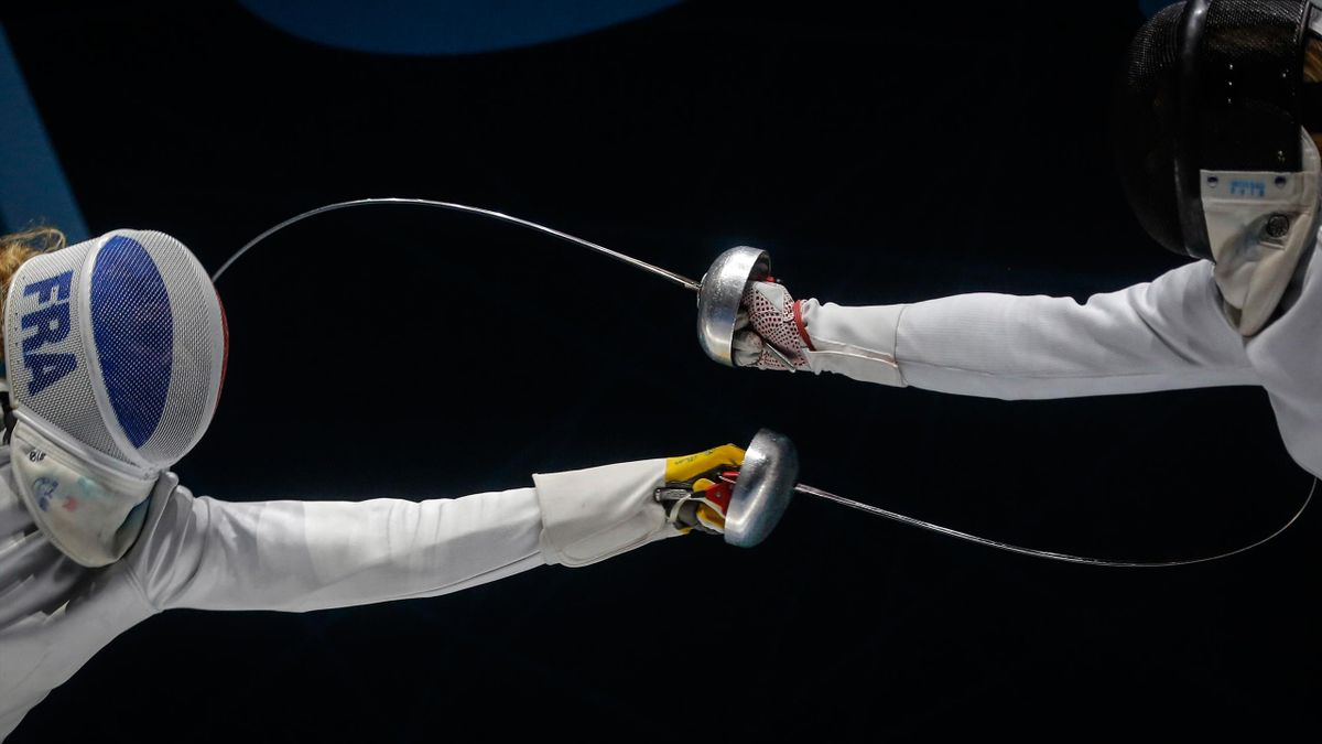 TOPSHOT - France's Mallo Auriane (L) challenges Zamachowska Aleksandra from Poland during the women's final of Epee competition at the European Fencing Championships in Novi Sad, on June 21, 2018. (Photo by OLIVER BUNIC / AFP) (Photo credit should read OL