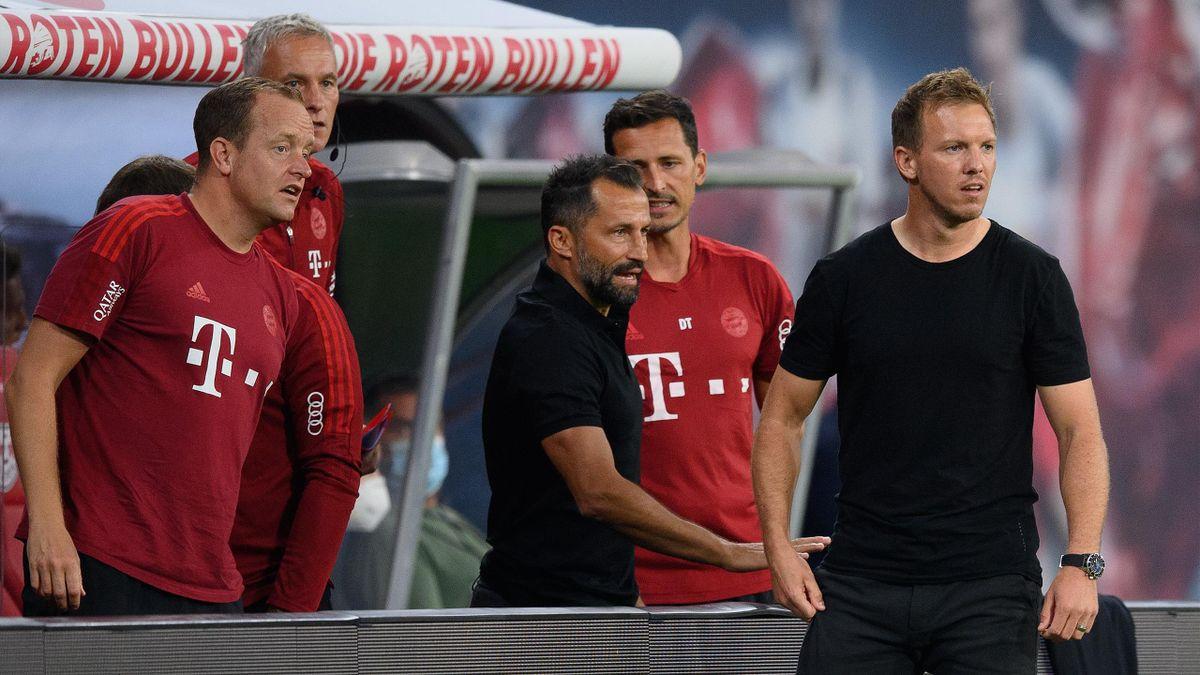 FC-Bayern-Sportvorstand Hasan Salihamidzic (Mitte) und Trainer Julian Nagelsmann (r.)
