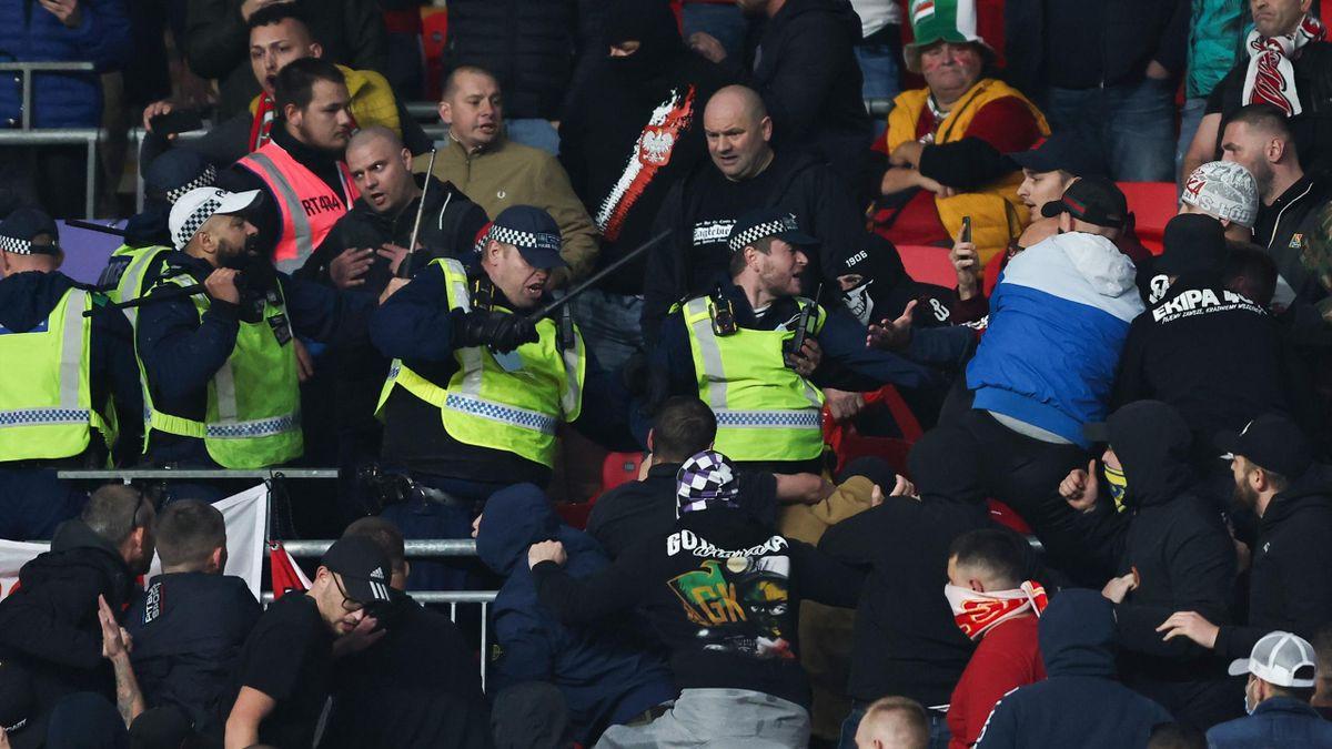 Mehrere ungarische Hooligans lieferten sich während des WM-Qualifikationsspiel zwischen England und Ungarn in Wembley Schlägereien mit den Ordnungskräften