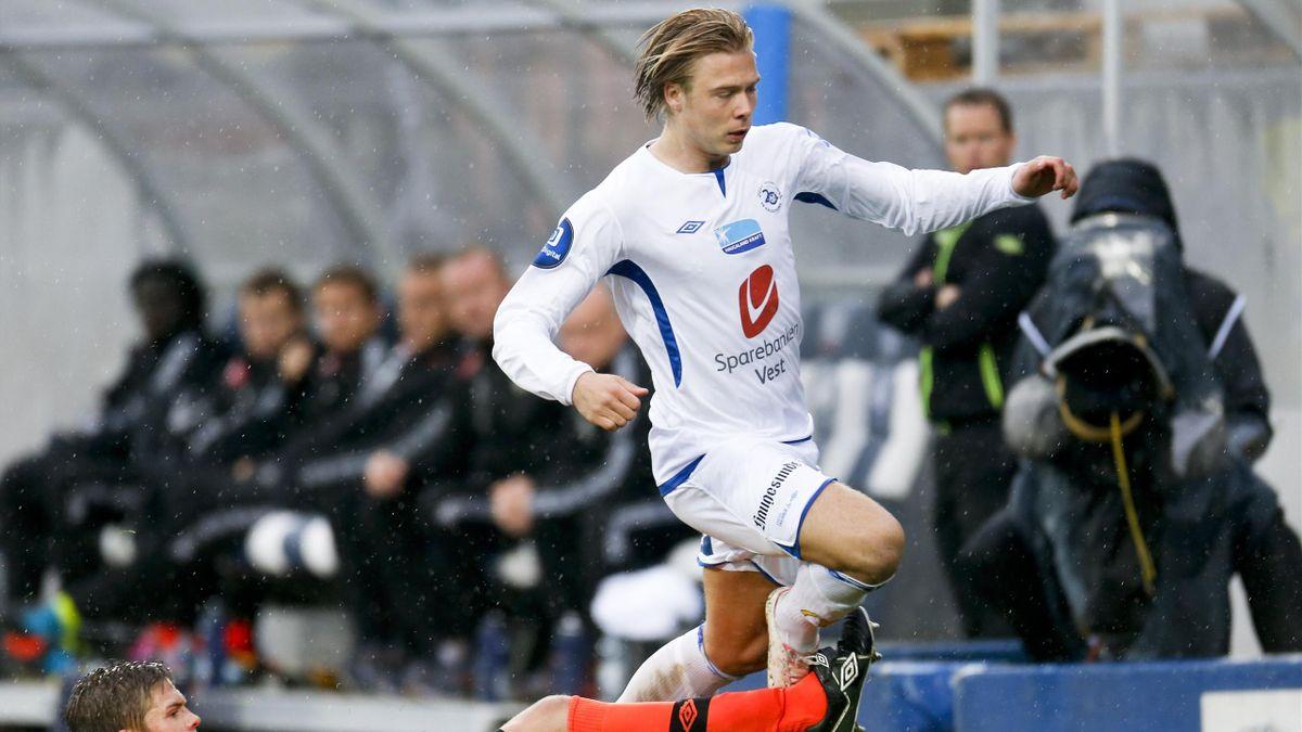 Haugesunds Alexander Søderlund i duell med daværende Sogndal-spiller Bjørn Inge Utvik i 2013.