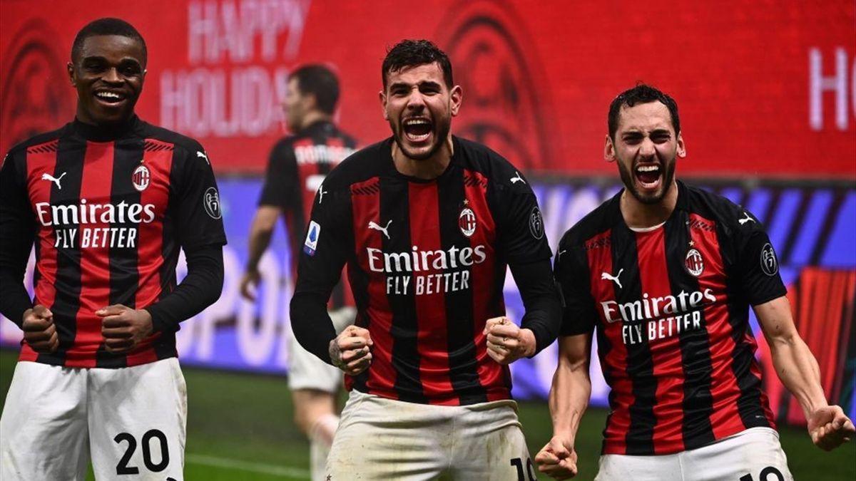 Milans Siegtorschütze Theo Hernández (Mitte) Pierre Kalulu (l.) und Hakan Calhanoglu bejubeln den Last-Minute-Sieg gegen Lazio Rom