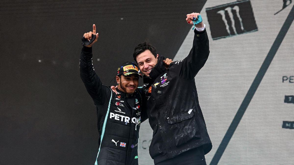 Weltmeister Lewis Hamilton (links) und Mercedes-Motorsportchef Toto Wolff