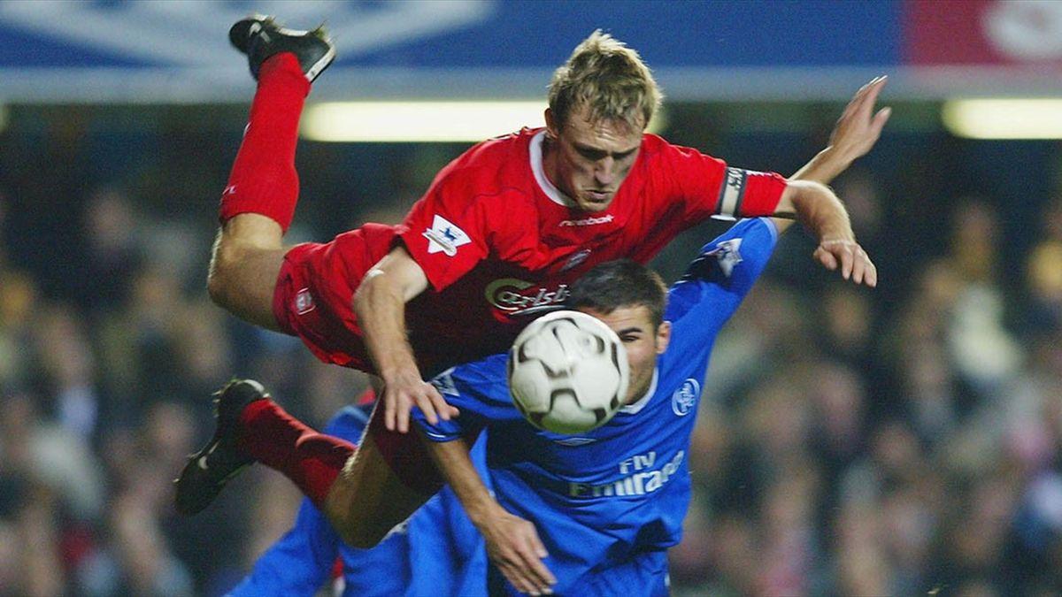 Mutu, într-un duel cu Liverpool, pe vremea când juca la Chelsea