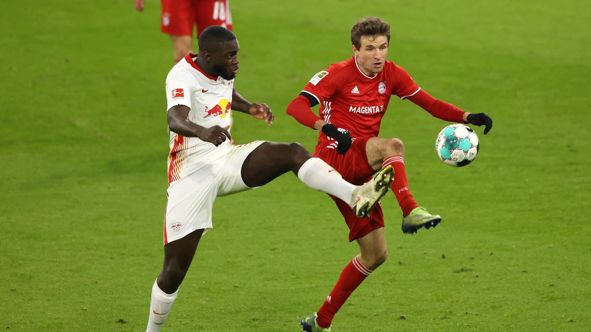 Dayot Upamecano (links; RB Leipzig) mit Zweikampf mit Thomas Müller (FC Bayern)