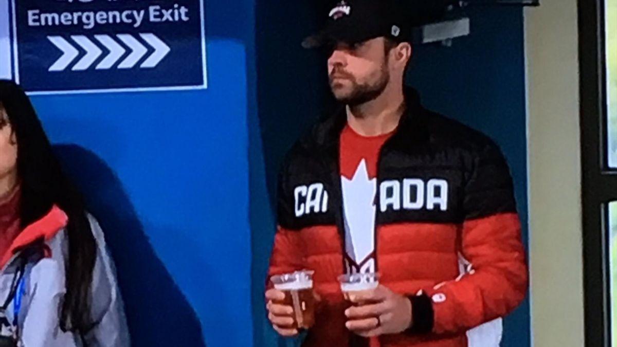 Супруг скипа сборной Канады стал интернет-звездой, осушив во время важнейшего матча 4 стакана пива