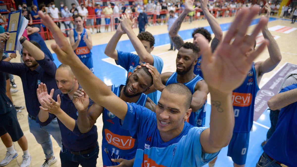 La festa dei giocatori della GeVi Napoli dopo la vittoria su Udine nei playoff di LegaDue 2020-21