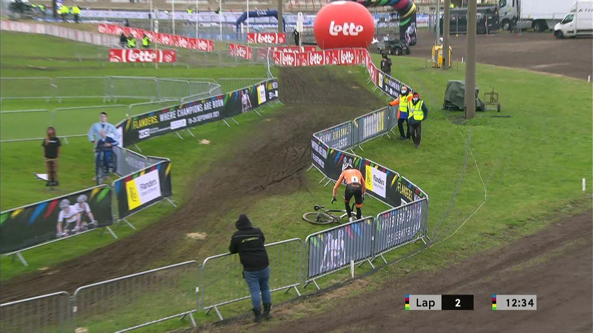 La caída de Van der Poel antes de su gran remontada ante Van Aert