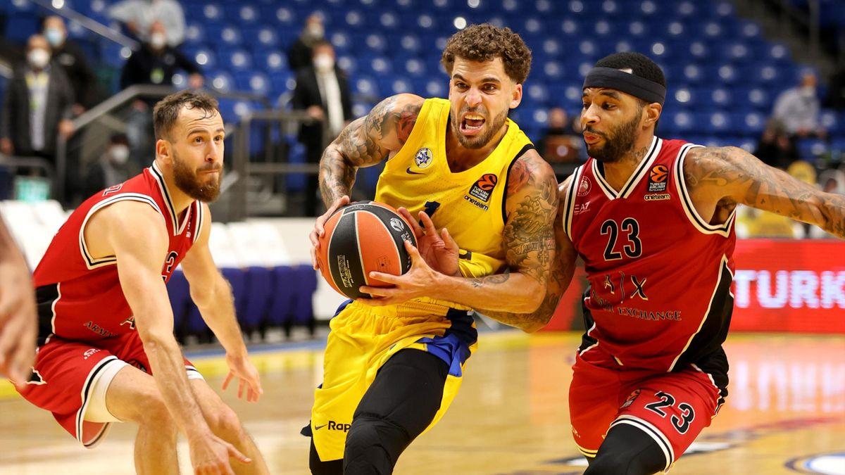 Scottie Wilbekin in azione tra Sergio Rodriguez e Malcolm Delaney, Maccabi Tel Aviv-AX Armani Exchange Milano, Eurolega 2020-21