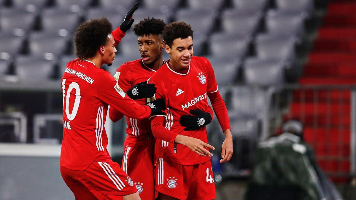 Leroy Sané und Kingsley Coman jubeln mit Jamal Musiala (v.l.) - FC Bayern vs. RB Leipzig