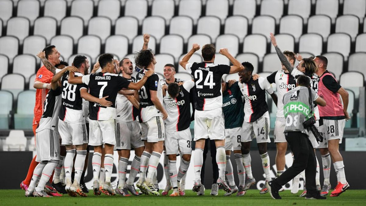 Players of Juventus celebrate winning the Serie A title during the Serie A match between Juventus and UC Sampdoria at Allianz Stadium on July 26, 2020 in Turin