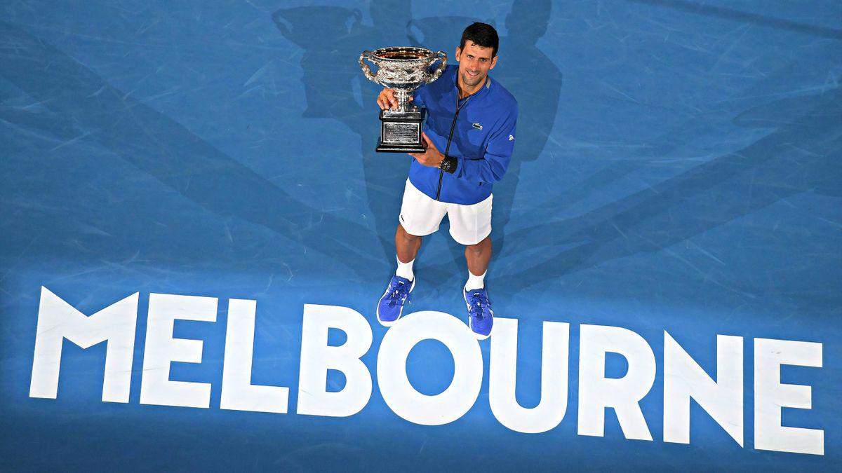 Novak Djokovic pose avec le trophée de l'Open d'Australie, une habitude pour le Serbe à Melbourne.