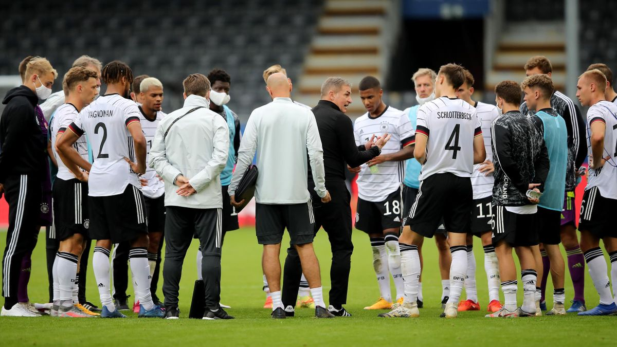 Coach Stefan Kuntz spricht mit seinen Spielern