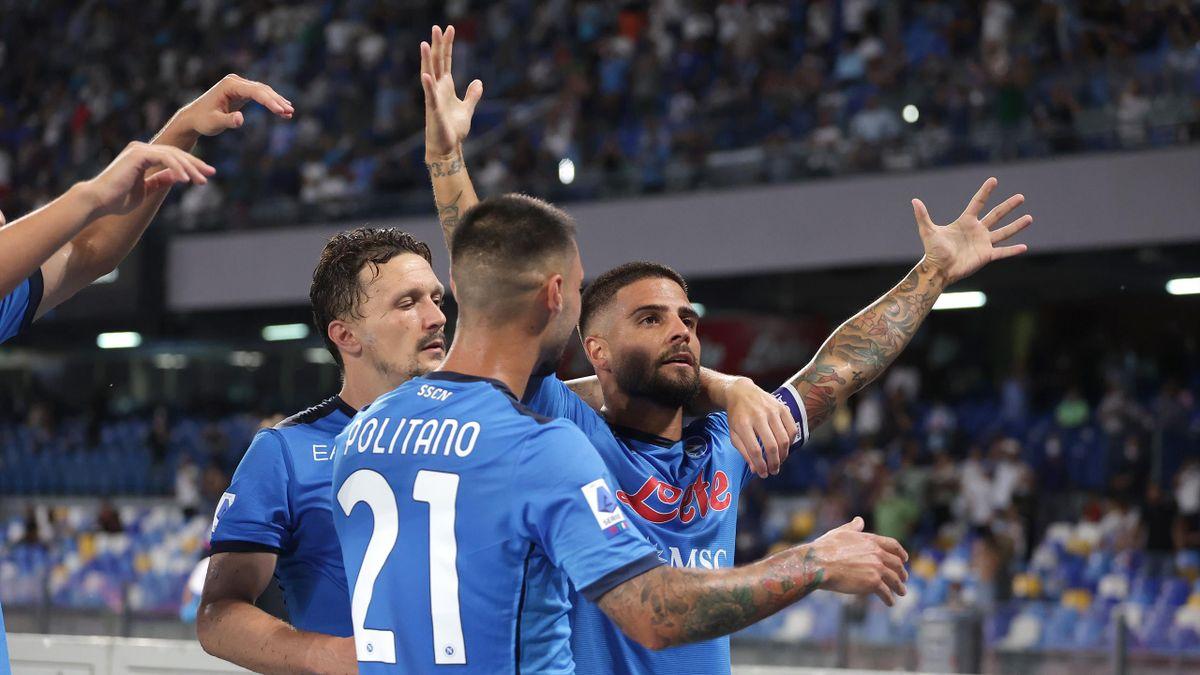 Lorenzo Insigne abbracciato dai compagni dopo il primo gol, Napoli-Venezia, Serie A 2021-22, LaPresse