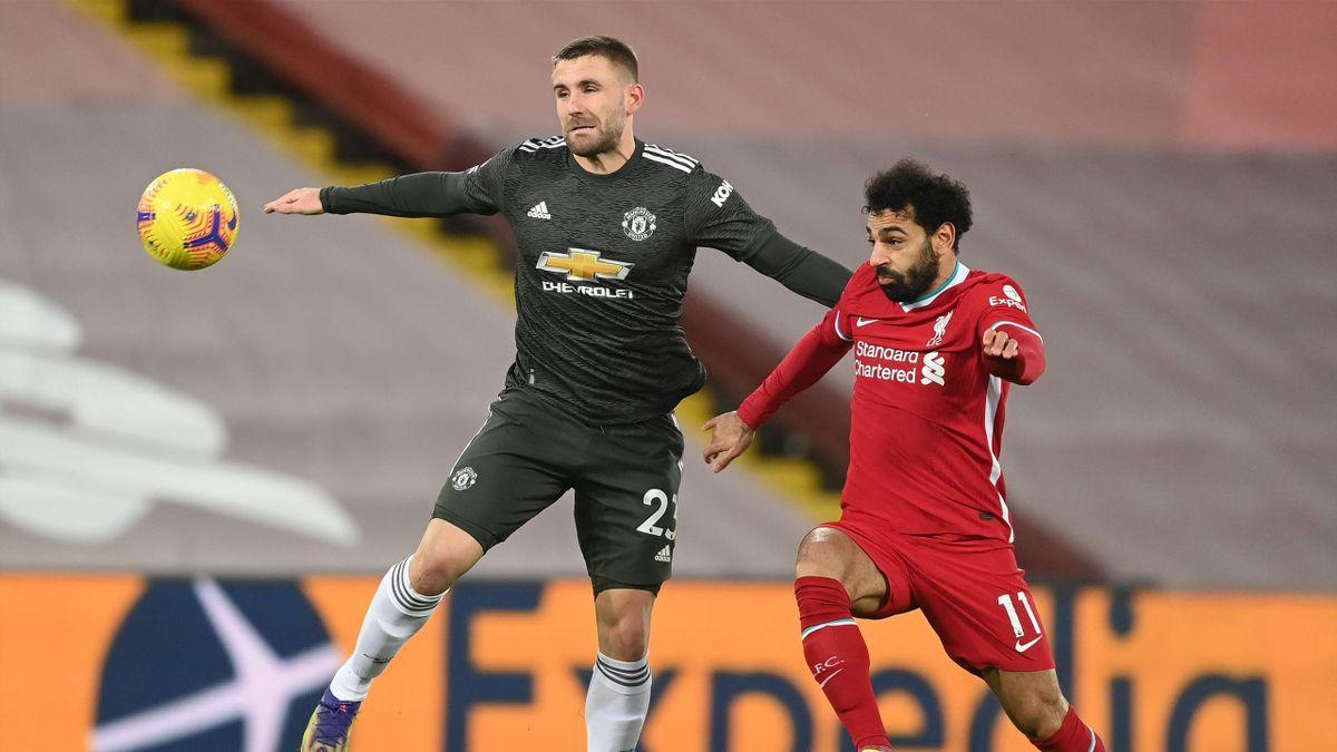 Luke Shaw (Manchester United) este blocat de Mohamed Salah (Liverpool) în derbyul din Premier League terminat 0-0