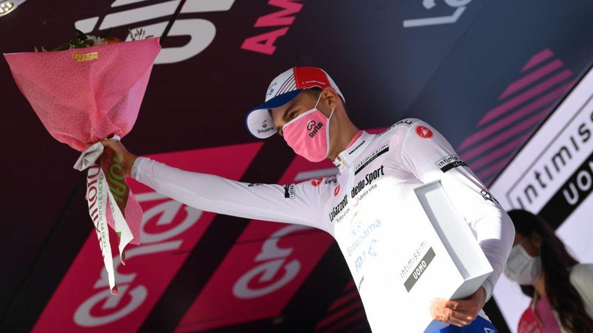 Attila Valter sul podio di Ascoli con la maglia bianca - Giro d'Italia 2021