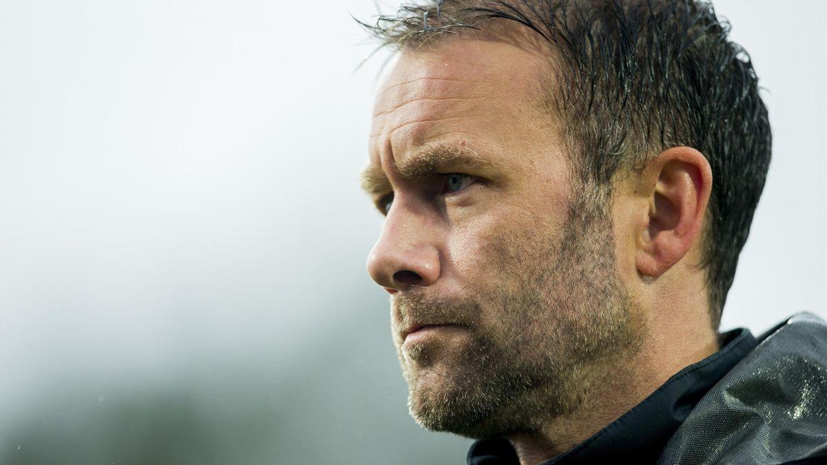 Aalesund-trener Trond Fredriksen går av banen etter at kraftig regnvær stoppet cupkampen i fotball mellom Stabæk og Aalesund på Nadderud stadion.