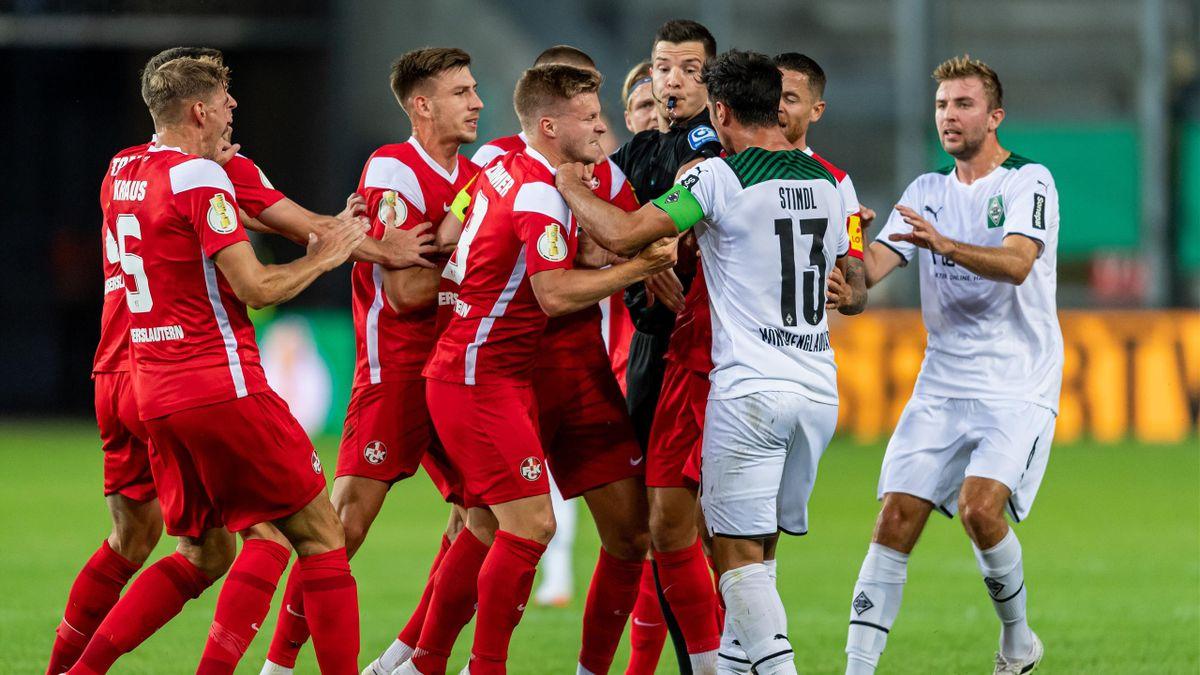 Rudelbildung im DFB-Pokal-Spiel zwischen dem 1. FC Kaiserslautern und Borussia Mönchengladbach