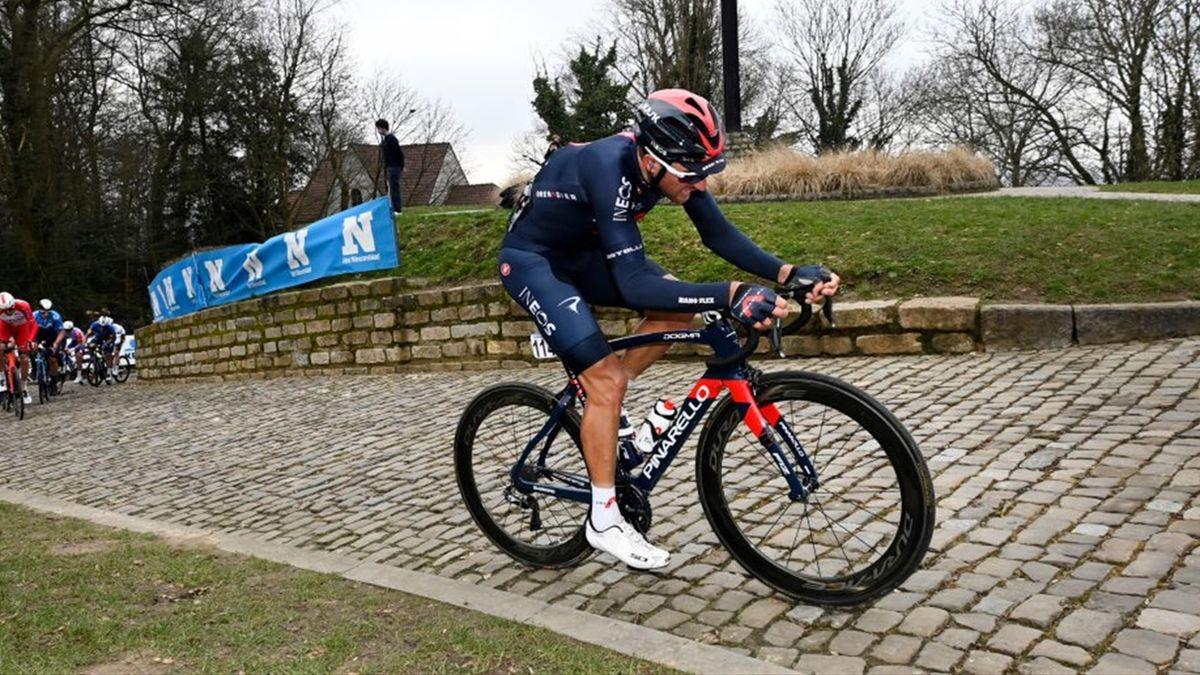 Gianni Moscon parte all'attacco in solitaria durante la Omloop Het Niewsblad 2021 - Getty Images