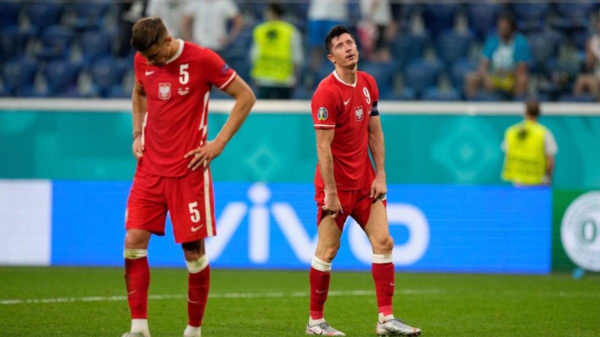 Robert Lewandowski (r.) ist mit Polen in der Vorrunde ausgeschieden