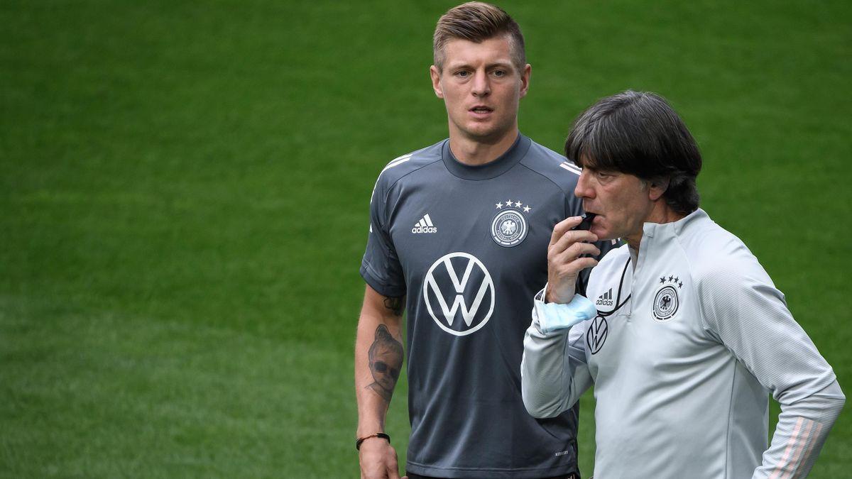 Toni Kroos und Bundestrainer Joachim Löw