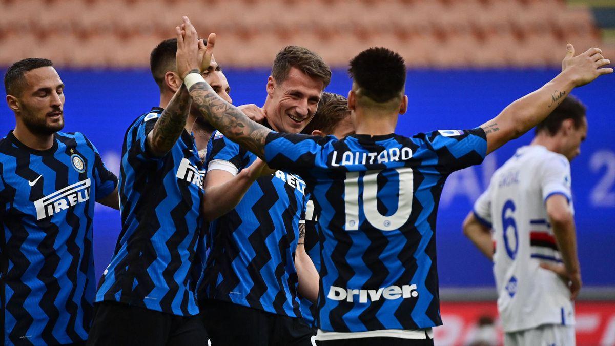 Lautaro Martínez jubelt mit seinen Inter-Teamkollegen