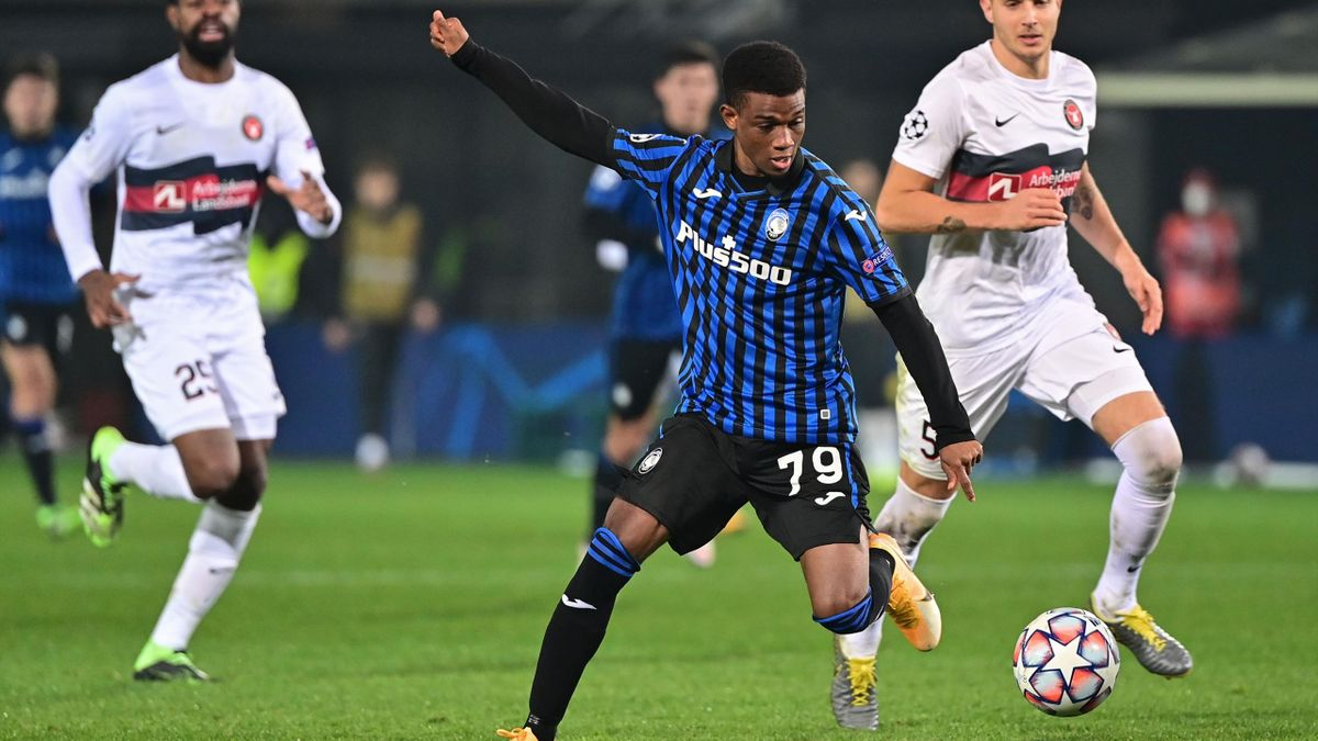 Atalanta's Ivorian forward Amad Diallo controls the ball ahead of Midtjylland's Danish defender Daniel Hoegh