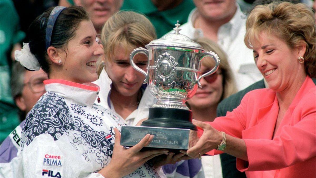 Monica Seles riceve il trofeo davanti a Steffi Graf, visibilmente delusa - Roland Garros 1992