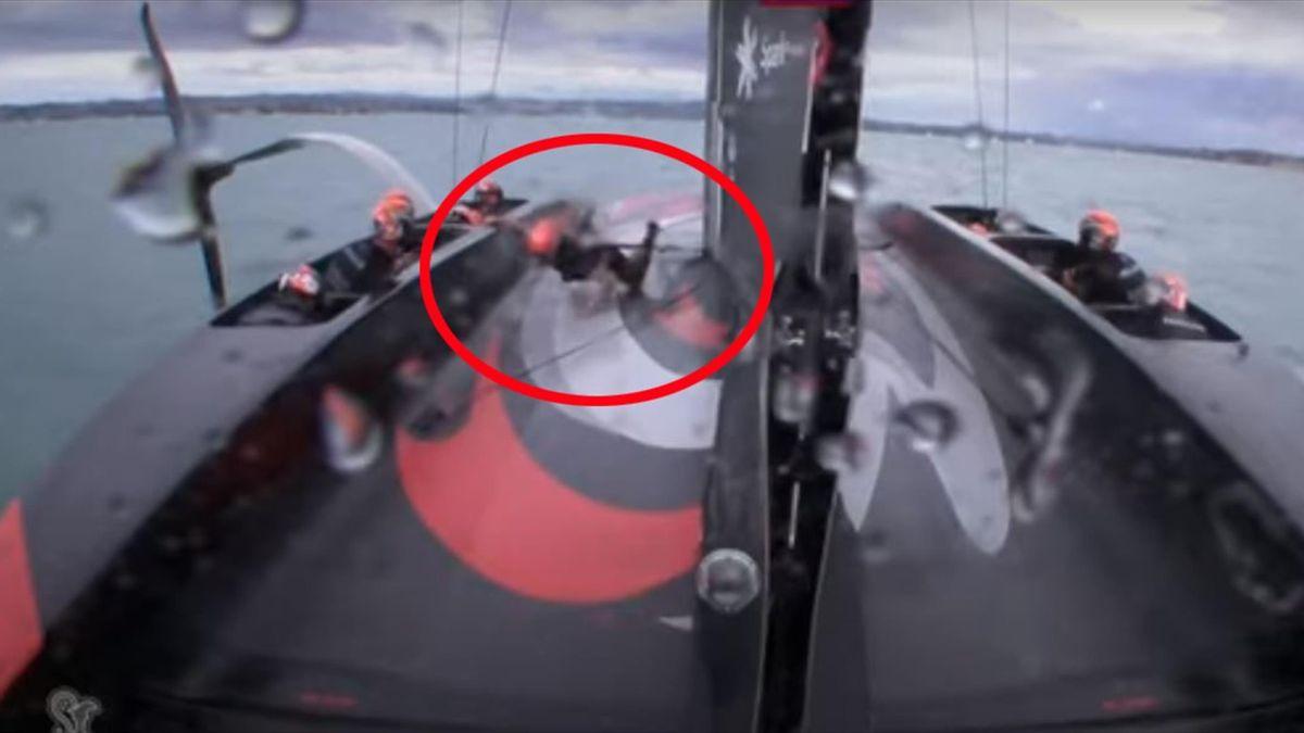 Scivolone su New Zealand! Timoniere cade durante la regata (Credit America's Cup)