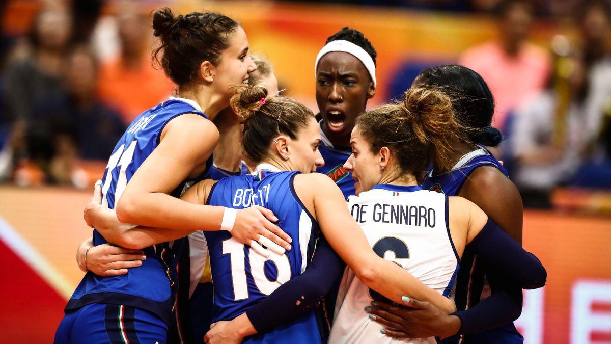 L'abbraccio dell'Italvolley femminile dopo un punto, Italia-Cina, Mondiale Pallavolo Femminile 2018, Foto Fivb.com