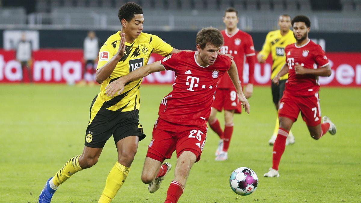 Bayerns Thomas Müller (r.) im Zweikampf mit BVB-Jungstar Jude Bellingham (l.)