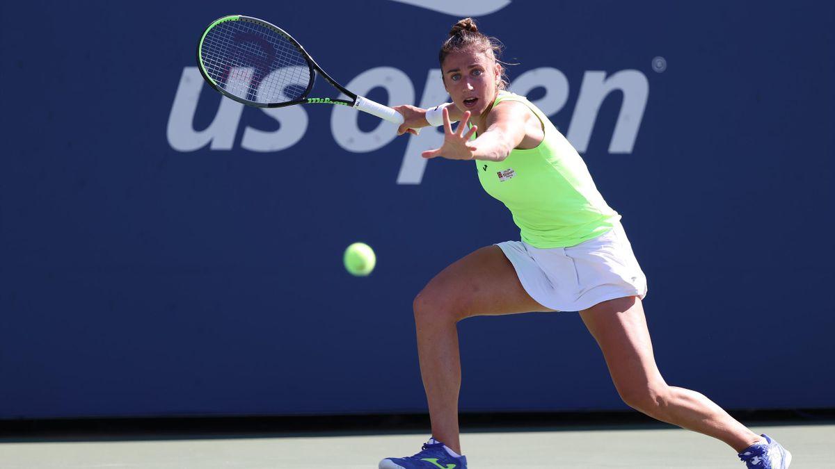 Sara Sorribes golpea la bola en su duelo ante Emma Raducanu de la tercera ronda del US Open 2021