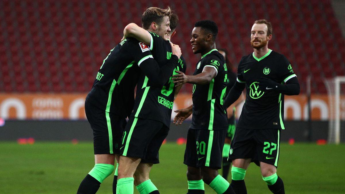 Der VfL Wolfsburg jubelt über den Auswärtssieg beim FC Augsburg