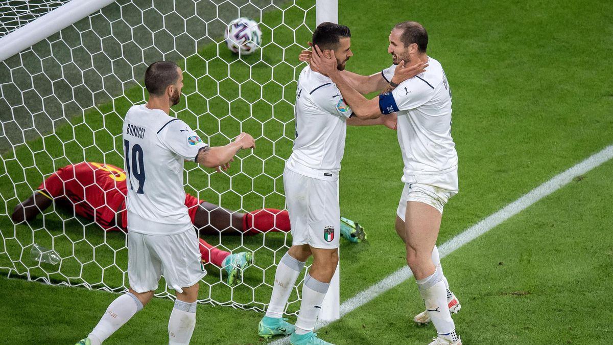 Leonardo Spinazzola feiert mit Giorgio Chiellini und Leonardo Bonucci beim Spiel gegen Belgien