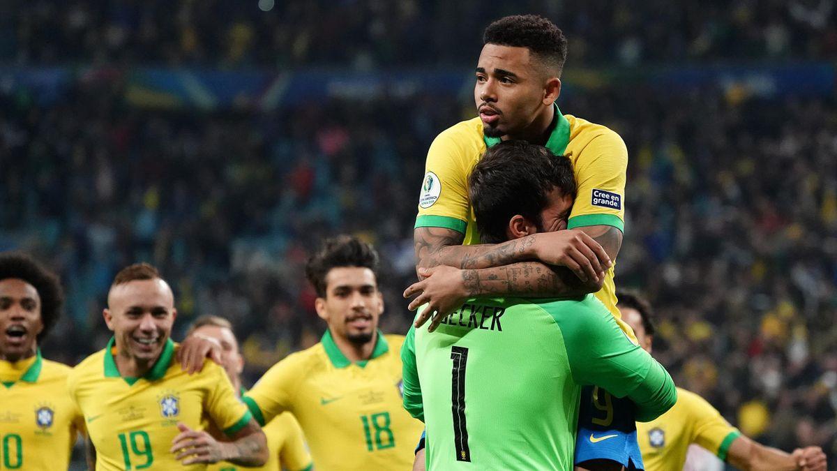 Alisson prend Gabriel Jesus dans ses bras, le dernier buteur brésilien lors de la séance des tirs au but.