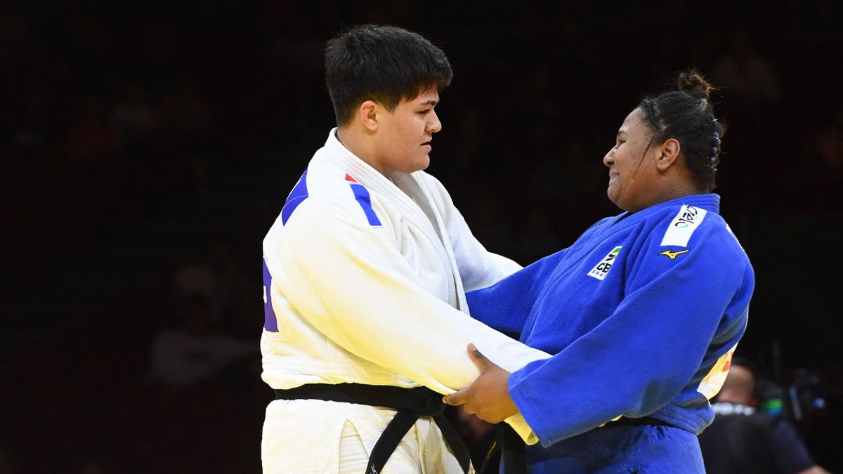 France's Julia Tolofua (white) and Brazil's Beatriz Souza (blue) hug after their fight in the bronze match of the women's +78kg category during the seventh day of the 2021 Judo World Championships at 'Papp Laszlo' Arena of Budapest Hungary on June 12, 202