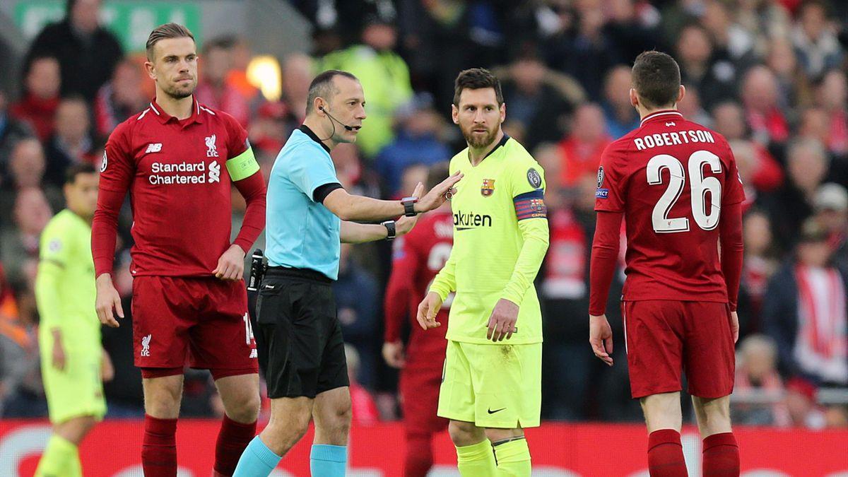 Jordan Henderson (Liverpool); Cuneyt Çakir, Leo Messi (Barcelona) y Andy Robertson