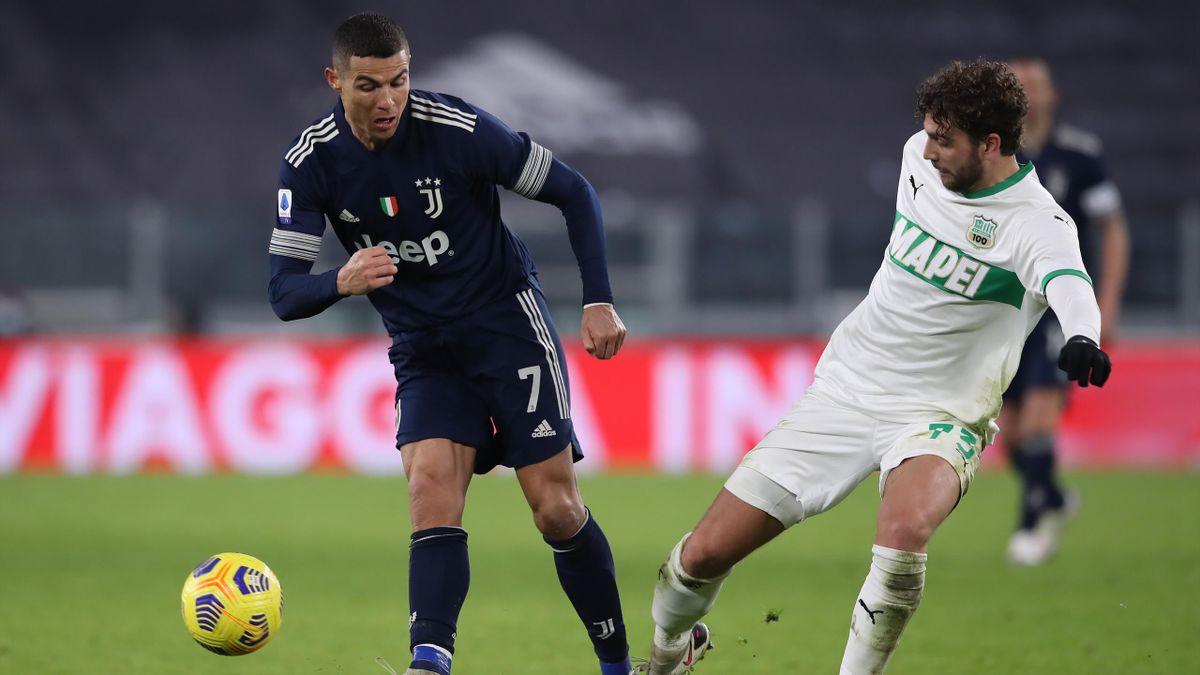 Cristiano Ronaldo (Juventus Turin, links) im Zweikampf mit Manuel Locatelli (Sassuolo Calcio)