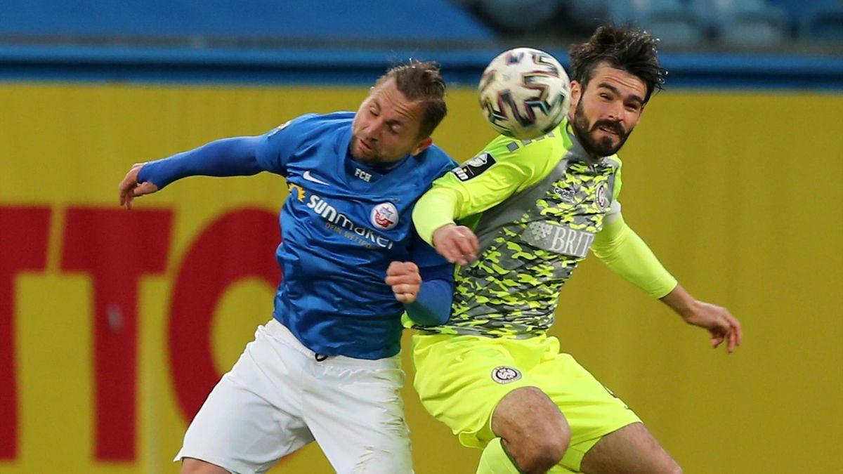 John Verhoek (l.) gegen Sascha Mockenhaupt - Hansa Rostock vs. SV Wehen Wiesbaden