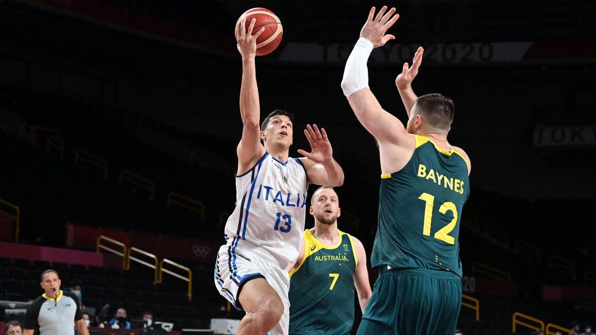 Simone Fontecchio contro Aaron Baynes e Joe Ingles nella partita tra Italia-Australia, Olimpiadi di Tokyo 2020