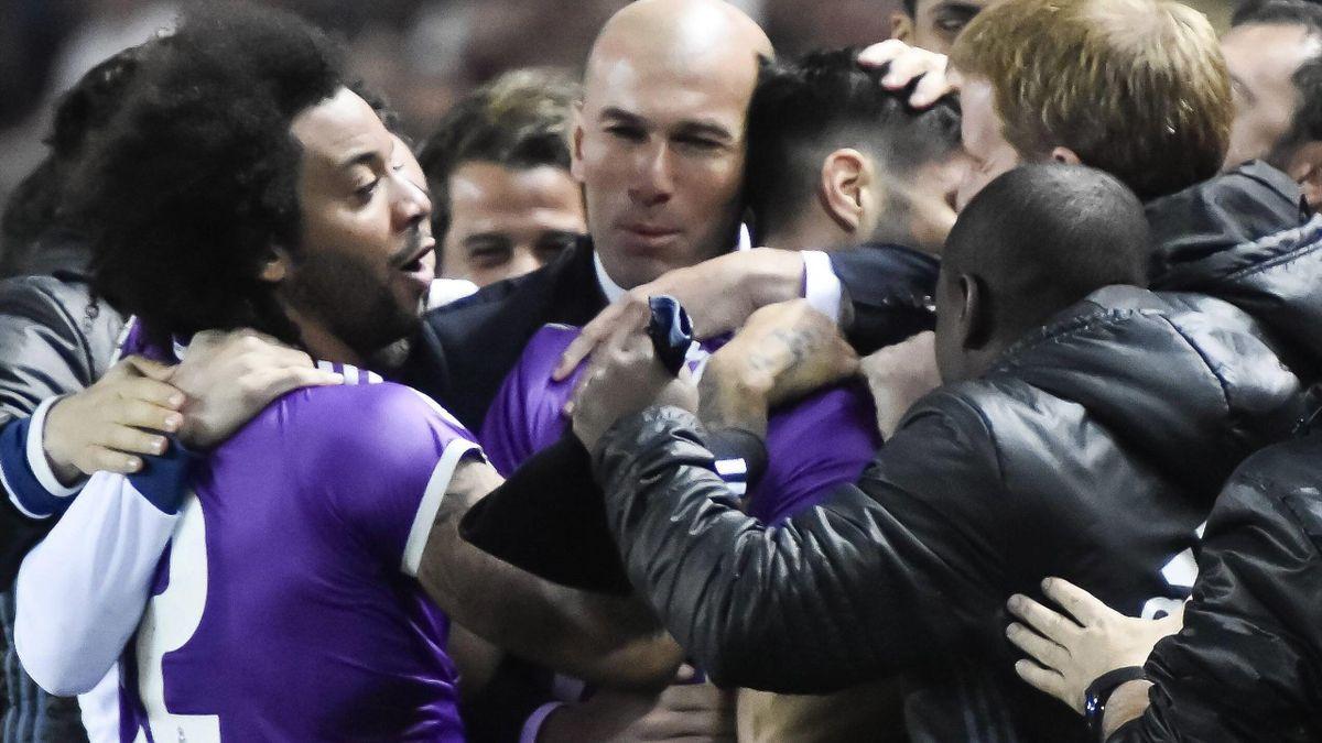 Real Madrid feiert ein Tor mit Trainer Zinedine Zidane