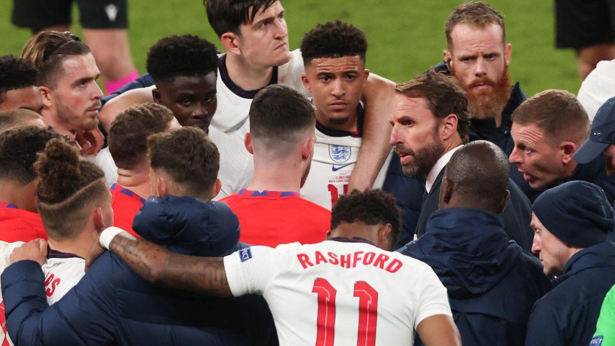 Gareth Southgate, Head Coach of England speaks with his players including Bukayo Saka, Jadon Sancho, Marcus Rashford before the penalty shootout